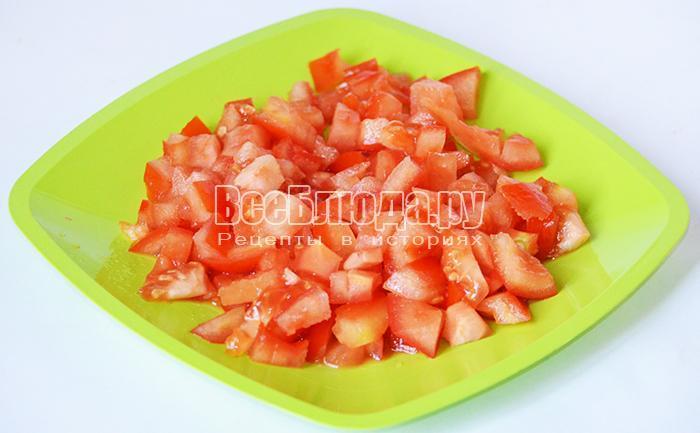 нарежьте помидор