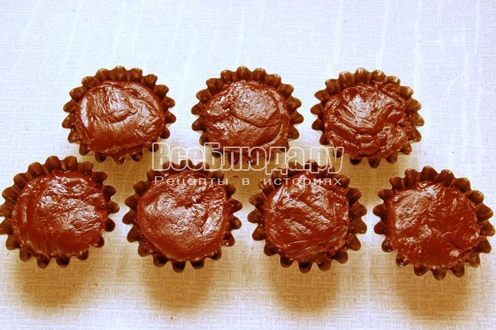заполнить формочки кексов шоколадным тестом