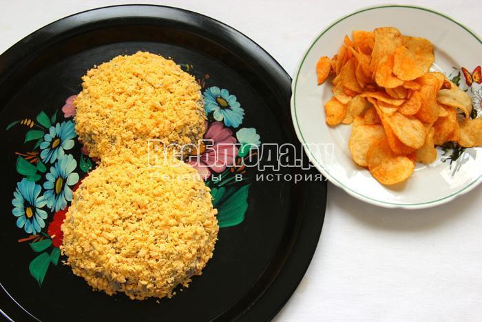 Салат с курицей, ананасами, чипсами -  оформление на 8-ое Марта