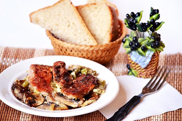Мясо запеченное с грибами и стручковой фасолью