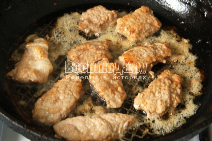 обжарьте свинину с двух сторон