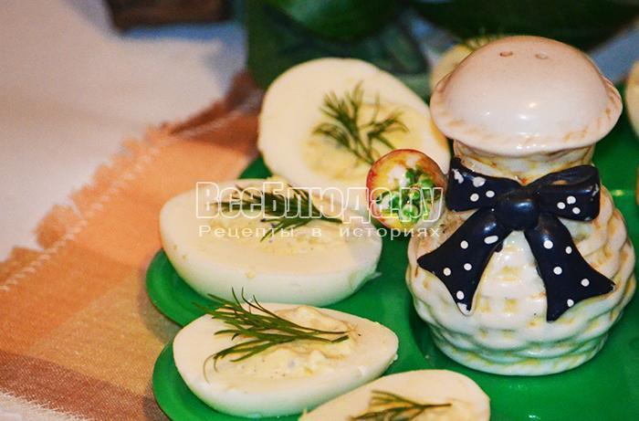 фаршированные яйца на праздничном столе