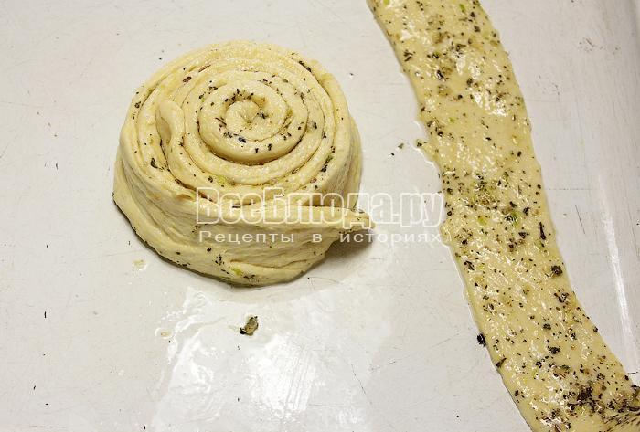Формируем хлеб с чесноком