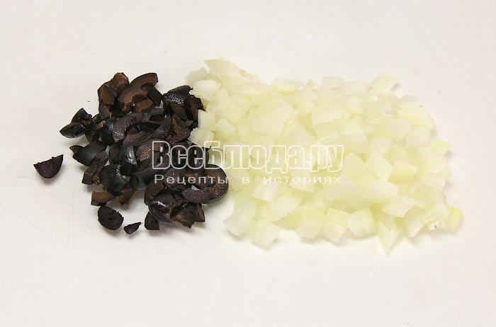 Нарезали маслины и лук