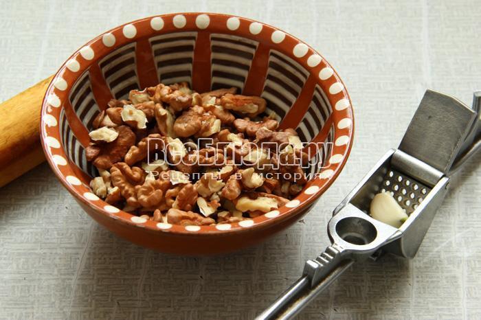 почистить и потолочь орехи