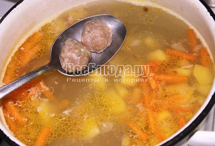 Положили фрикадельки в суп
