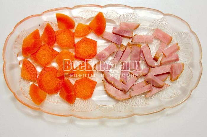 режем морковку кружочками и ветчину полосочками