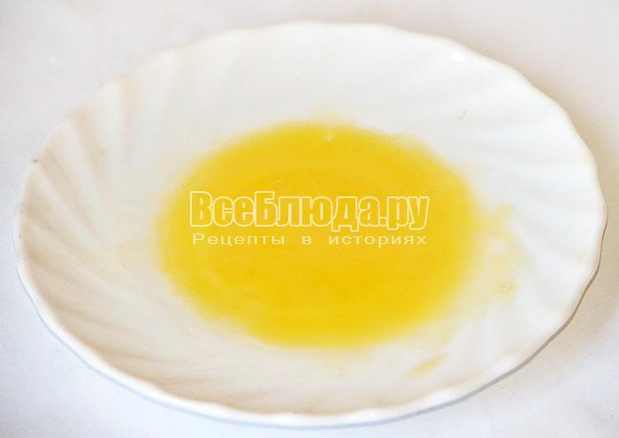 смазывайте желтком и сливочным маслом
