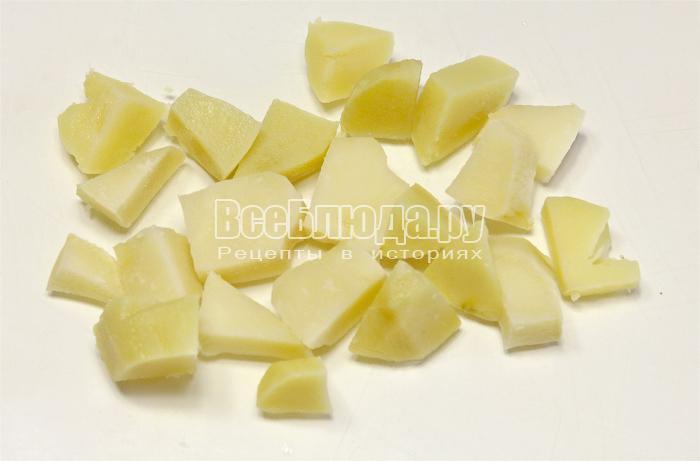 Нарезали вареный картофель кусочками