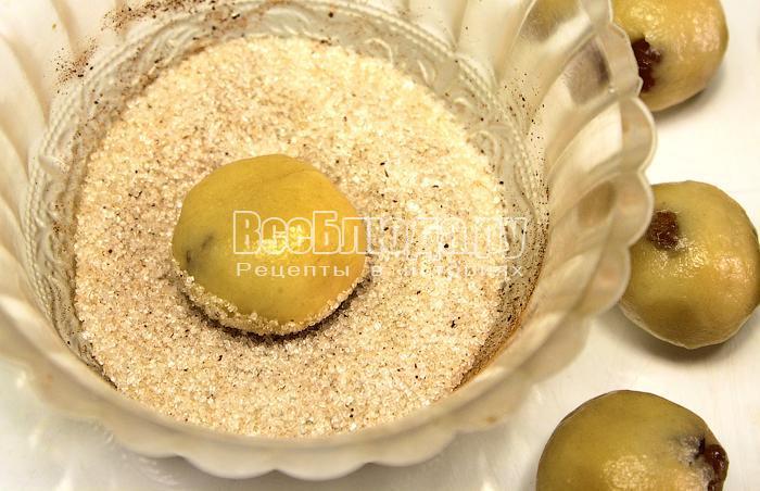 Обваляли печенье в сахаре с корицей