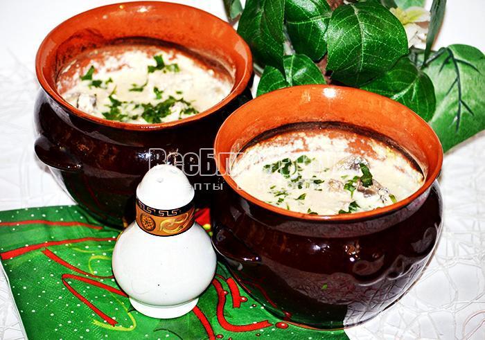 посыпьте зеленью суп в горшочках