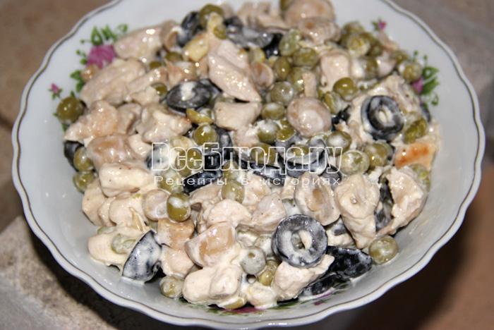 перекладываю салат в тарелку