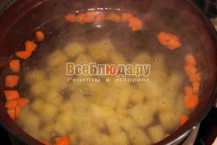 добавляю морковь, картофель