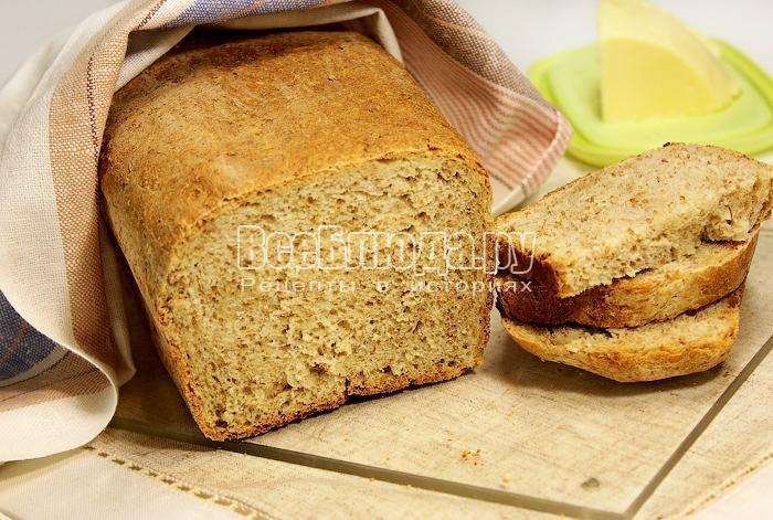 Готовый хлеб с отрубями под полотенцем