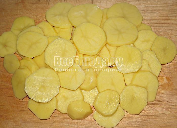 нарежьте кольцами картофель