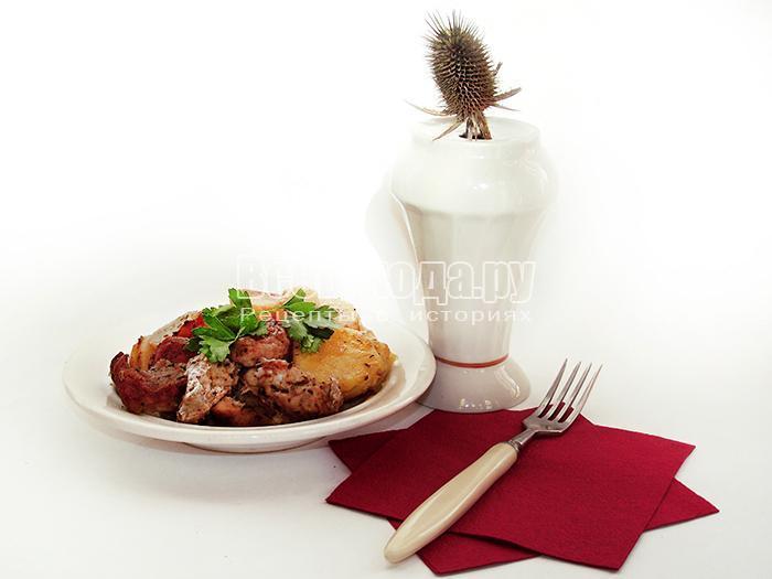 разложите мясо и картофель по тарелкам
