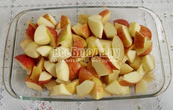 порезать яблоки на кусочки