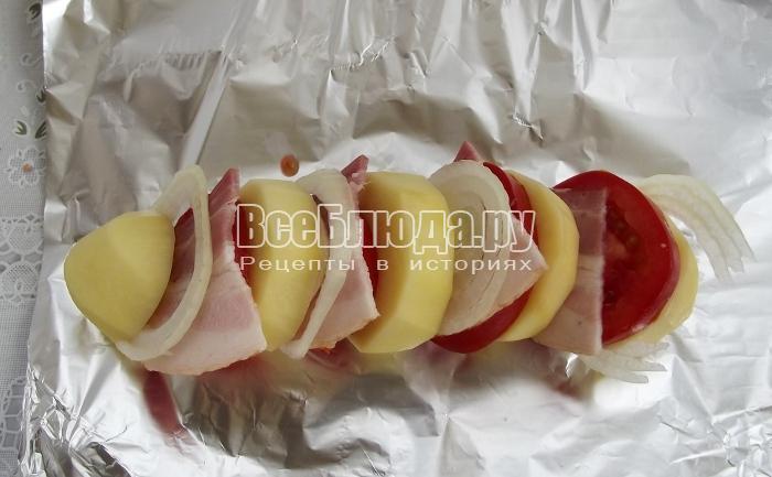 проложить кусочки беконом, луком и помидорами