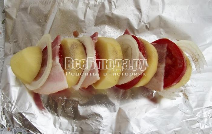 Картошка-гармошка с беконом в фольге, рецепт с фото
