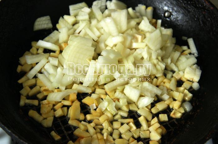 нарезаем лук и обжариваем