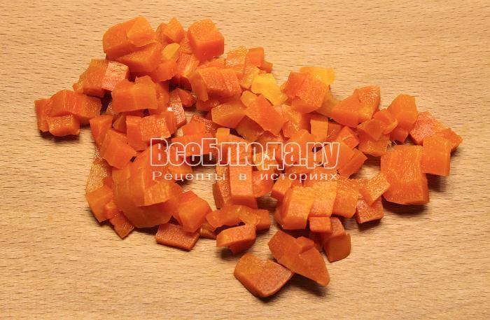 Нарезали вареную морковь