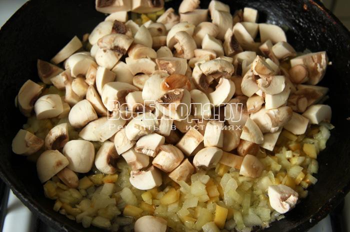 грибы нарезать кружочками, обжарить с луком