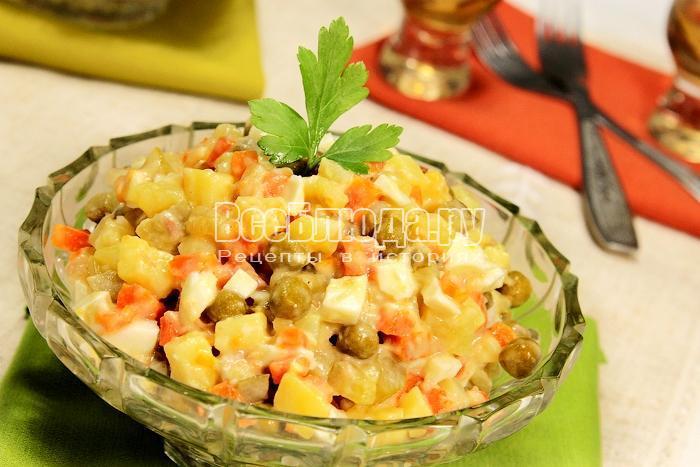 Готовый салат «Оливье» с куриным мясом крупным планом