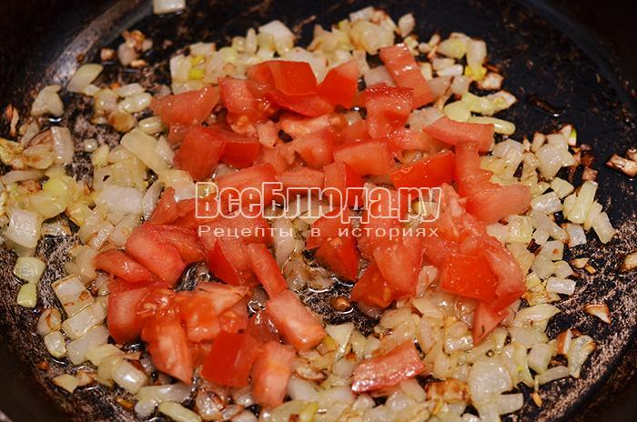 обжарьте лук и помидоры