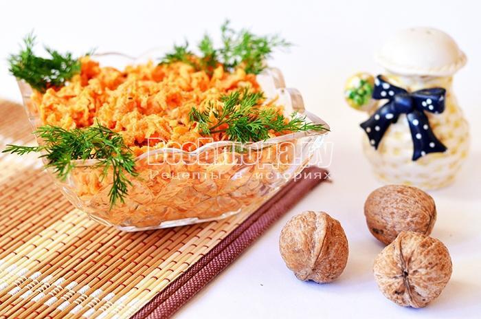 украсьте салат из морковки зеленью