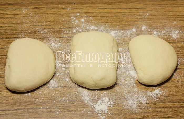 Разделили тесто на 3 куска