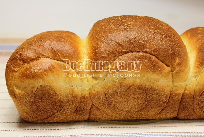 Готовый молочный хлеб на полотенце