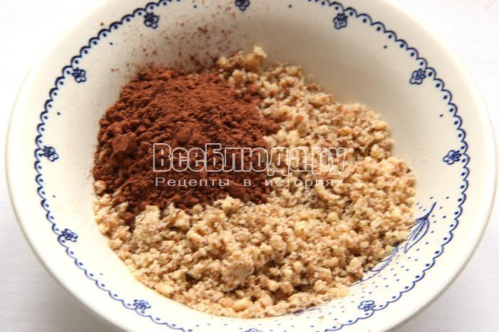 положить в массу какао и орехи