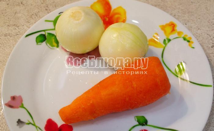 почистить лук и морковку