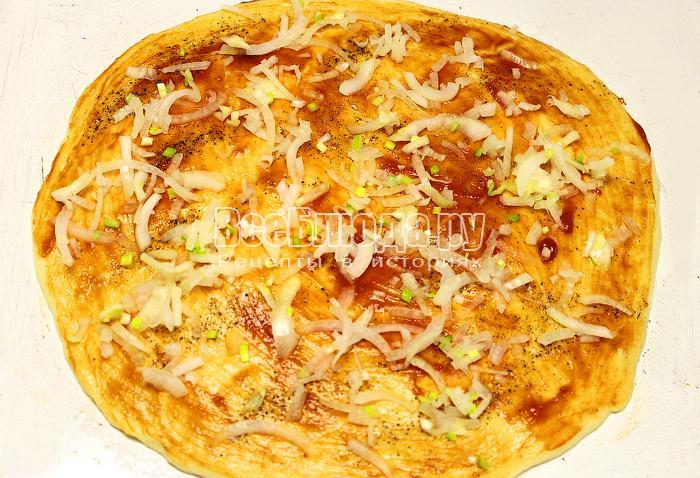 Сделали основу для пиццы, смазали кетчупом и насыпали лук