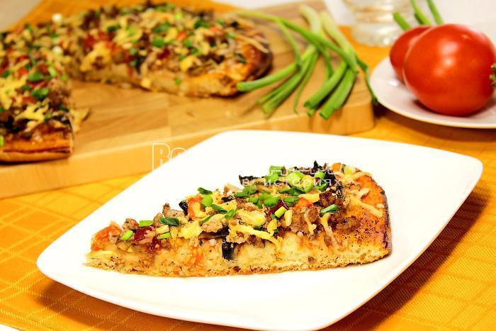 Кусочек пиццы на тарелке