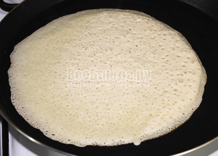Налили тесто на сковороду