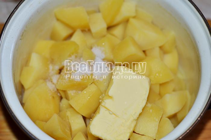 добавьте сливочное масло в картофель
