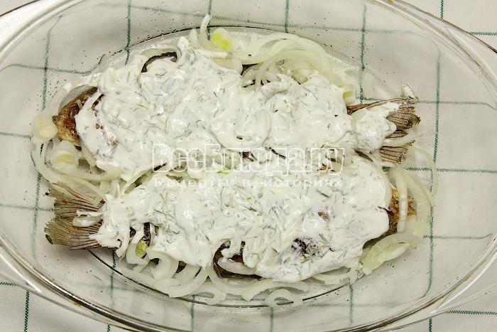 Смазали рыбу сметаной с зеленью