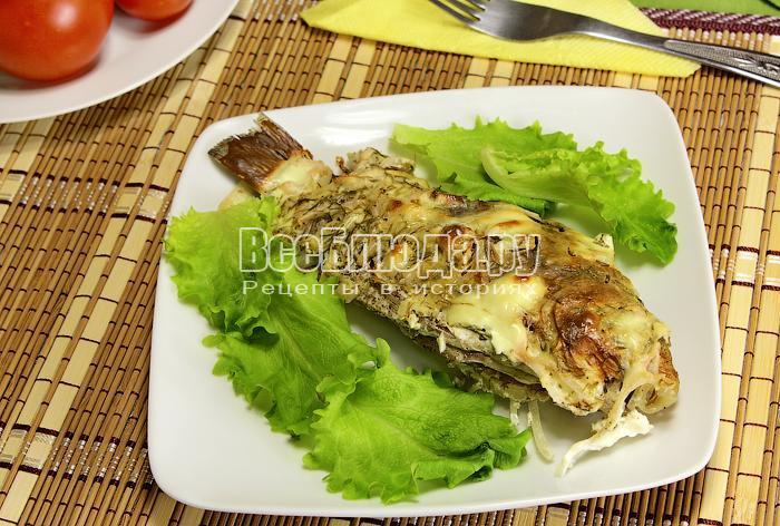 Готовая рыба на тарелке крупным планом