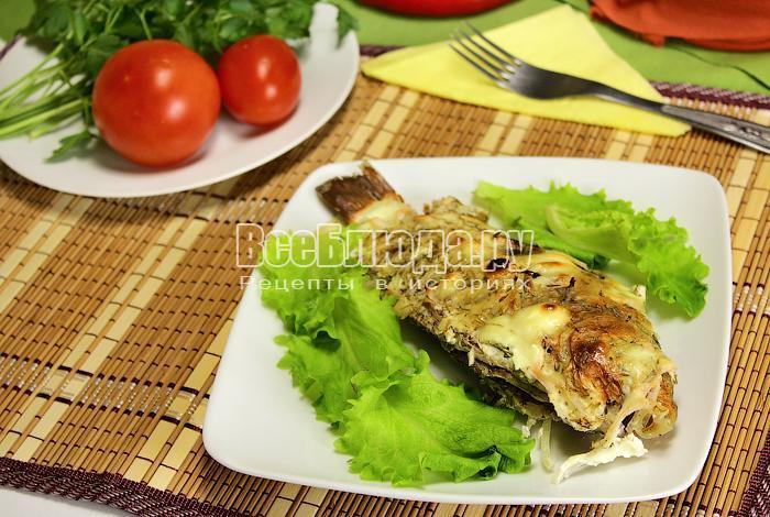 Запеченная рыба с зеленью на тарелке