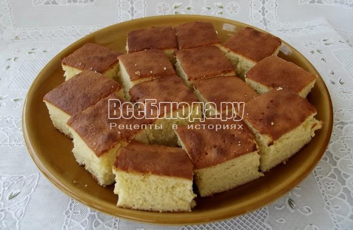 порезать бисквит на кусочки