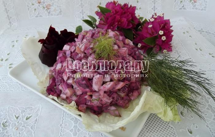 Салат из свеклы со свежими и солеными огурцами