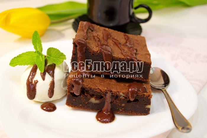 кусочки пироженых брауни с шоколадом