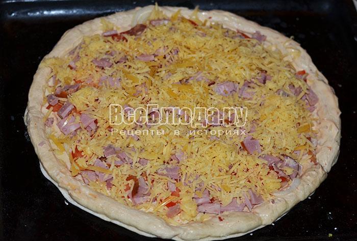 посыпьте пиццу сыром