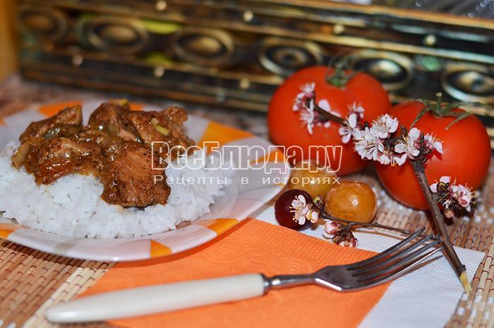 Мясо с алычой и рисом жареное на сковороде