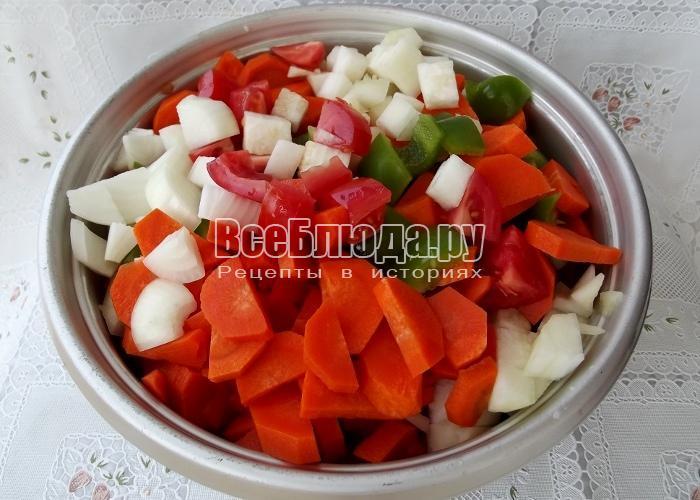 полная кастрюля порезанных овощей