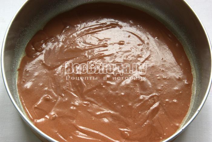 вылить тесто в форму для выпечки