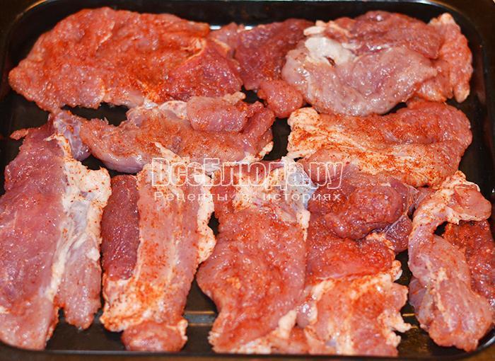 уложите мясо на противень