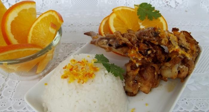 Куриные крылья с апельсинами и сметаной на сковороде