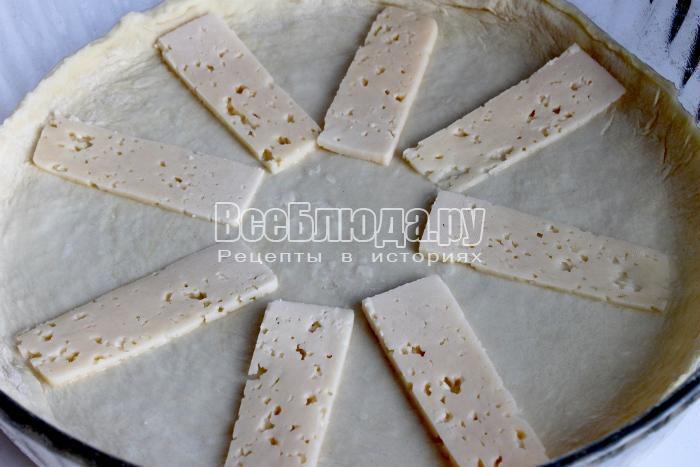 выложить сыр на тесто